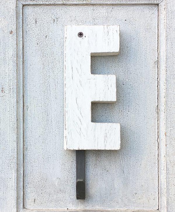 Lettera in legno di recupero sbiancato a mano con gancio appendiabito