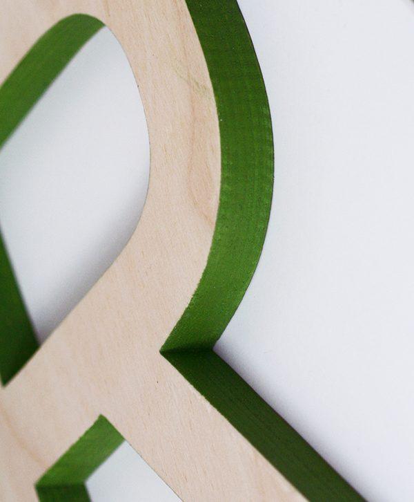 Lettera in legno naturale e colorato a mano