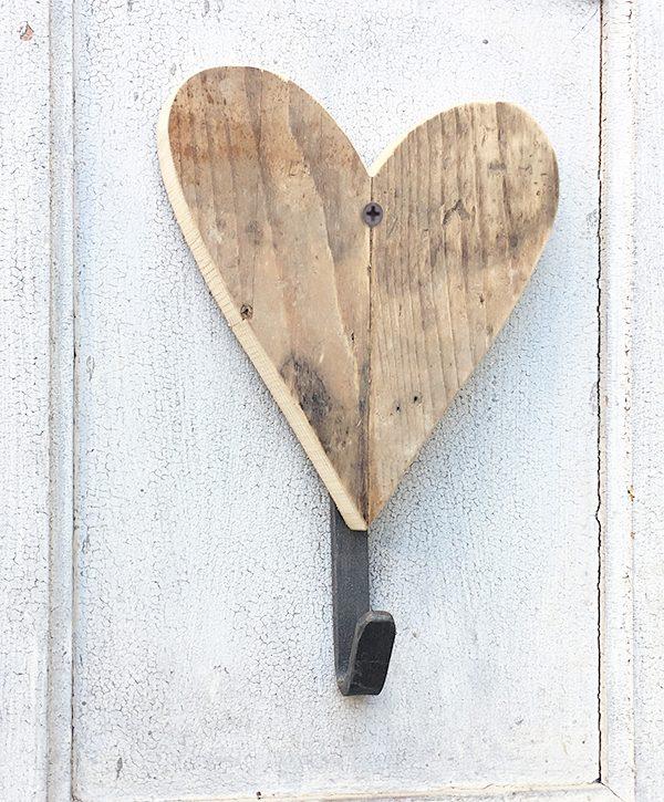 Appendiabito con cuore in legno di recupero stile boho chic