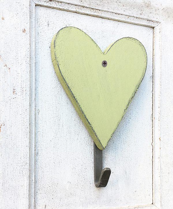 Appendiabiti con cuore in legno colorato e personalizzato artigianalmente a mano