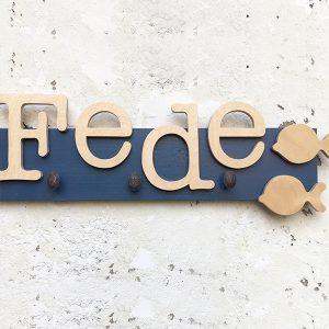 Nome di bambino in legno con pomoli appendiabiti