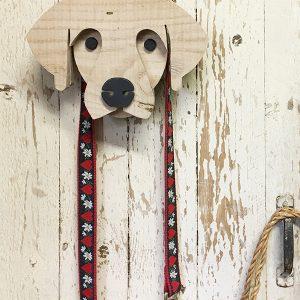 Portaguinzaglio in legno di recupero a forma di testa di cane