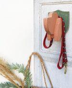 Cane portaguinzaglio da parete in legno colorato
