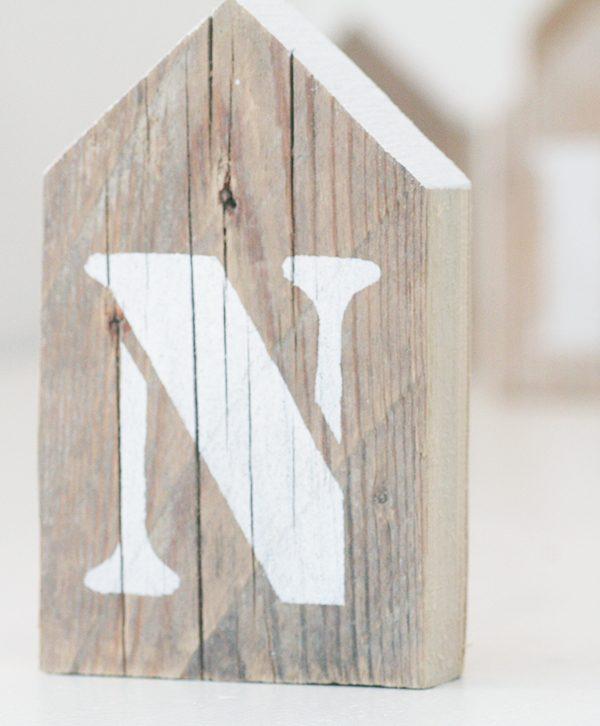 Casetta in legno di recupero rustico con lettera dipinta a mano artigianalmente