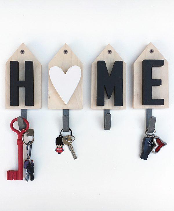 Casette con scritta HOME in legno e ganci appendiabiti in ferro