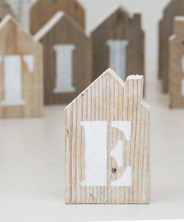 Iniziale del nome dipinta su casetta in legno personalizzabile