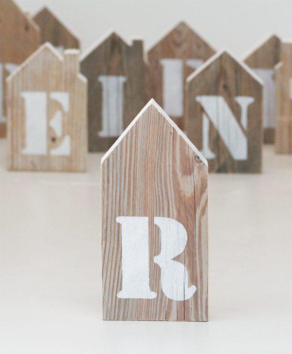 Lettera dipinta a stencil su casetta in legno di recupero