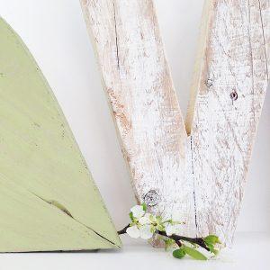 Lettera in legno di recupero sbiancato per scritta love in stile shabby