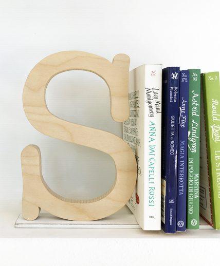 lettera in legno naturale