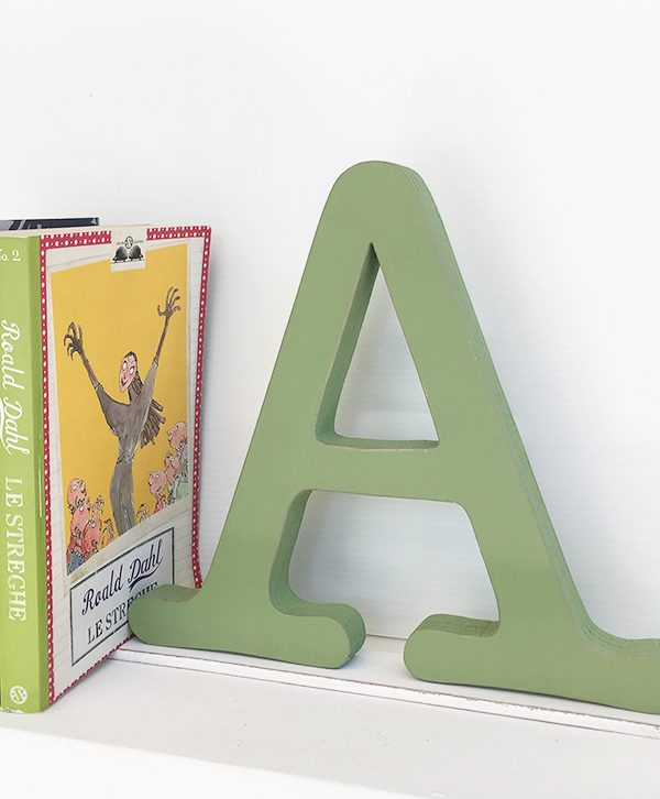 Fermalibro con lettera in legno per un regalo originale