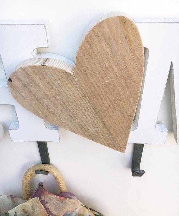 Cuore in legno di recupero e scritta in legno sbiancato con appendiabito