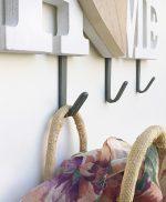 Scritta HOME in legno bianco e cuore con appendiabiti
