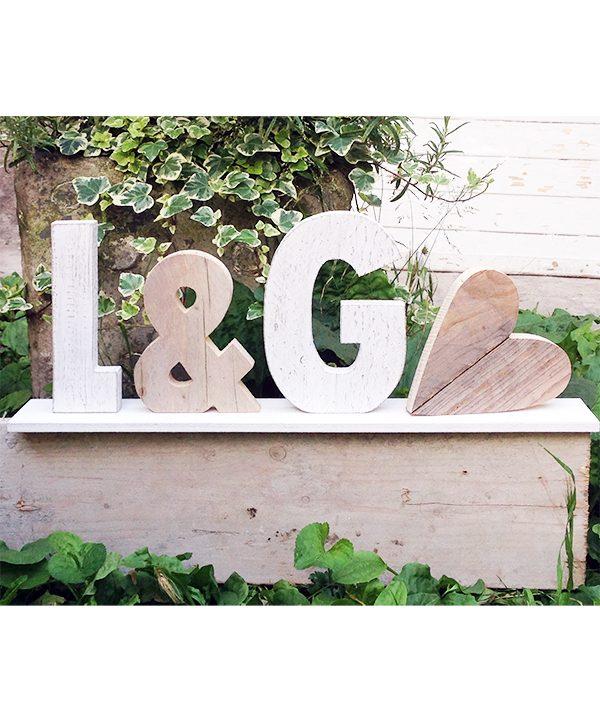 Matrimonio shabby chic. Lettere e cuore in legno