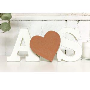 Iniziali e cuore in legno su misure