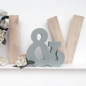 Iniziali in legno di recupero con & colorata