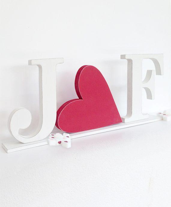 Iniziali degli sposi con cuore in legno colorato