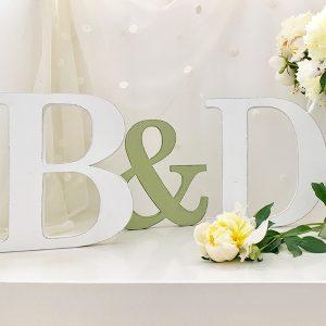 Iniziali degli sposi con & in legno