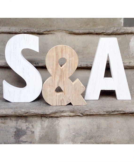 iniziali degli sposi in legno di recupero