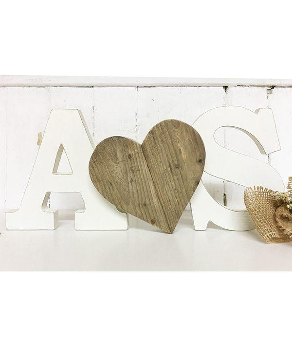 Iniziali con cuore in legno di recupero per un matrimonio boho chic