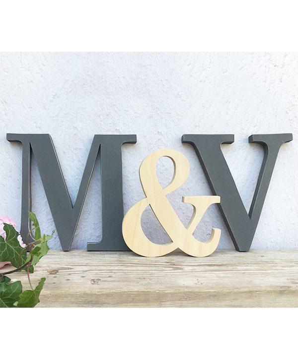 Iniziali dei nomi fatte a mano in legno