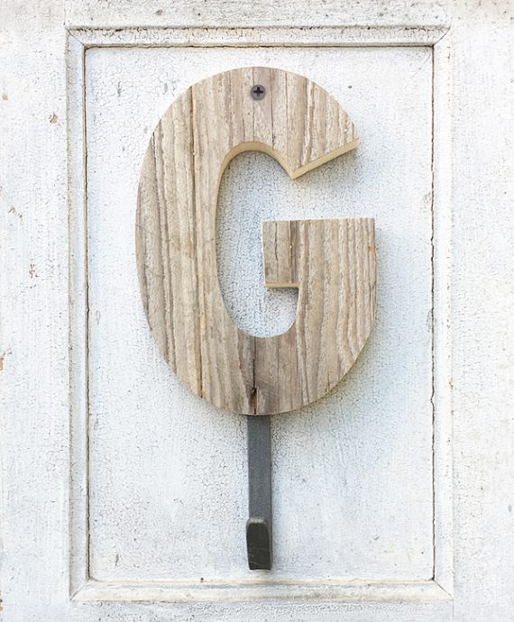 Originale lettera in legno di recupero con gancio appendiabito