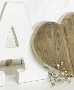 Iniziali in legno colorato e cuore in legno di recupero