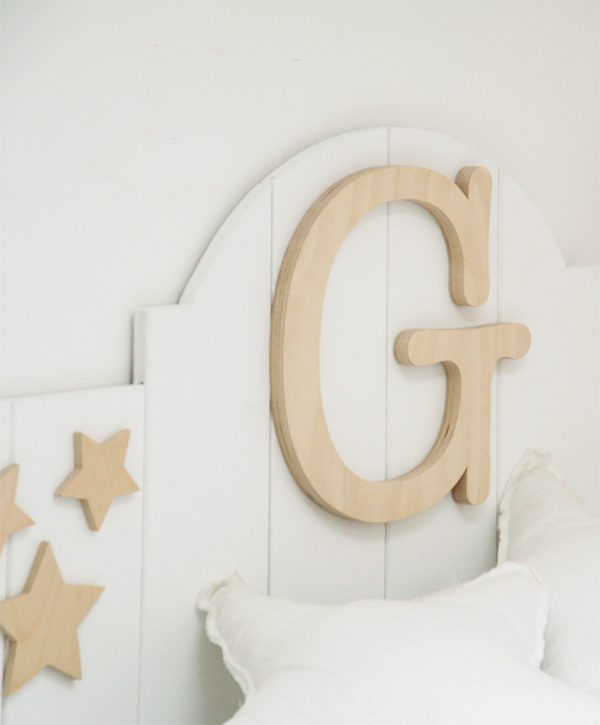 Iniziale del nome per decorare il letto del bambino