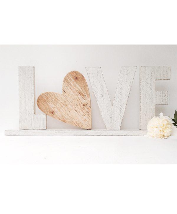Scritta LOVE in legno di recupero bianco e cuore in legno naturale con base d'appoggio