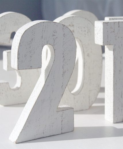 Numeri in legno di recupero colorato per matrimonio boho style