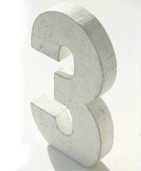 Numeri in legno sbiancato fatti a mano