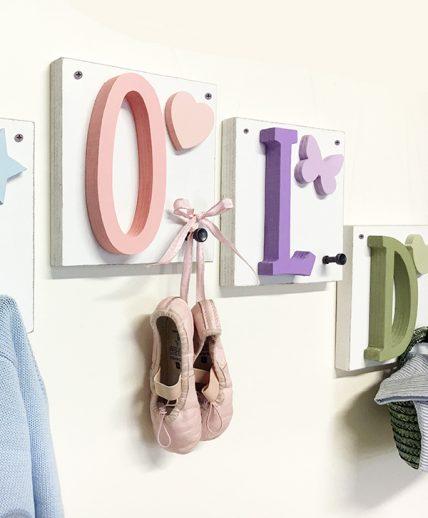 Quadretti in legno con pomolo appendiabiti e lettera iniziale del nome del bambino