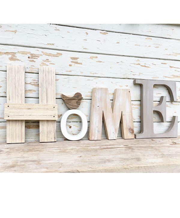 Scritta HOME in legno di recupero di colori diversi e decorazione boho chic