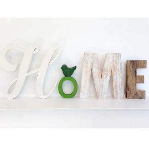 Scritta HOME in legno di recupero naturale e di colori diversi e decorazione boho chic