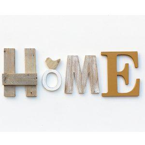 Scritta HOME in legno di recupero di colori diversi e decorazione shabby chic
