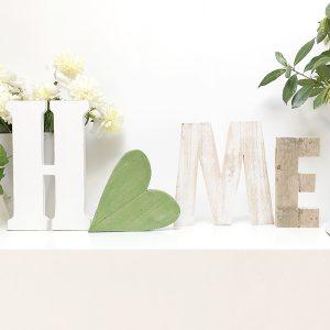 Scritta HOME in legno con cuore personalizzabile nelle dimensioni e nei colori