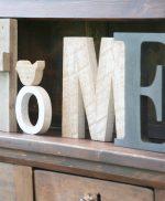 Scritta HOME con lettere in legni diversi e uccellino
