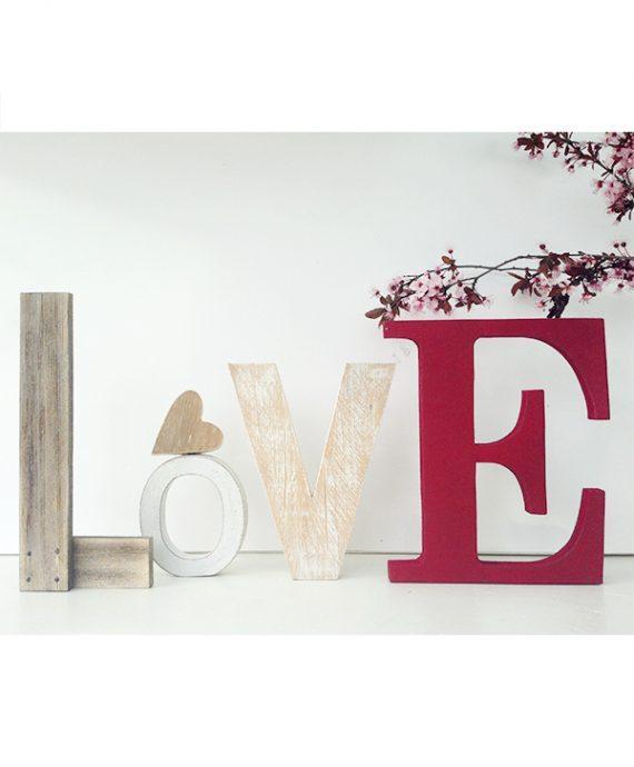 Scritta LOVE con cuore in legno di recupero e lettera con colore personalizzato