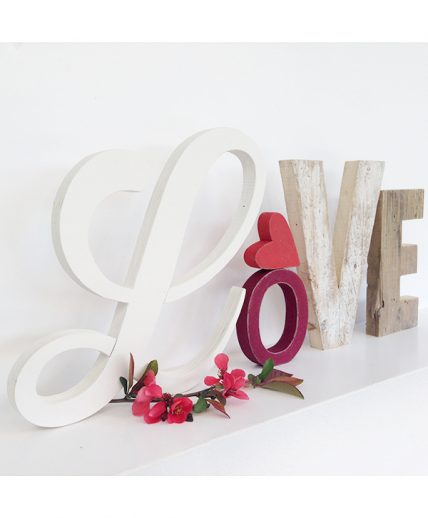 Scritta LOVE con cuore rosso e lettera elegante e decorativa in legno