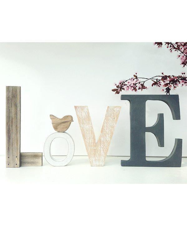 Scritta LOVE in legno di recupero personalizzabile nei colori e nella decorazione