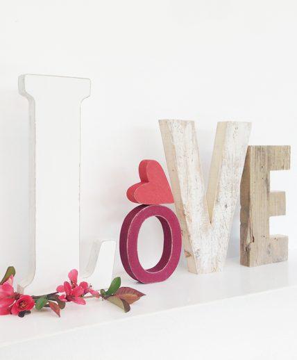 Scritta LOVE in legno di recupero con cuore fatto a mano