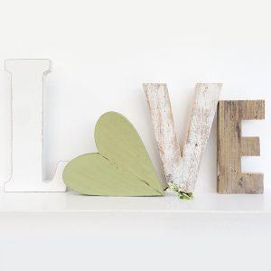 Scritta LOVE in legno di recupero con cuore shabby chic