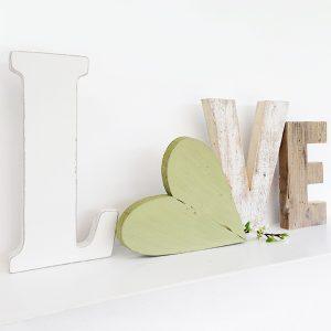 Scritta LOVE in legno di recupero con cuore verde fatto a mano