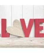 Scritta LOVE in legno di recupero dipinto di rosso con cuore
