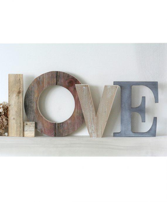 Scritta LOVE in legno di recupero fatta a mano