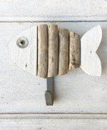 Appendiabiti con pesce in legno di recupero colorato a mano