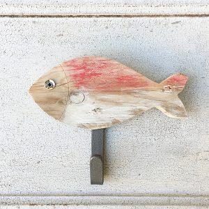 Appendiabiti per casa al mare con pesce in legno di recupero dipinto
