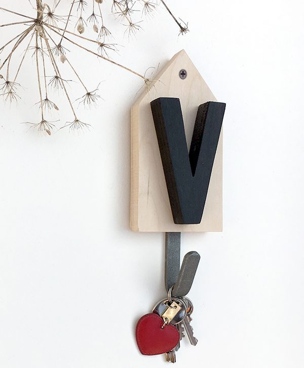 Appendiabiti con iniziale personalizzata in legno