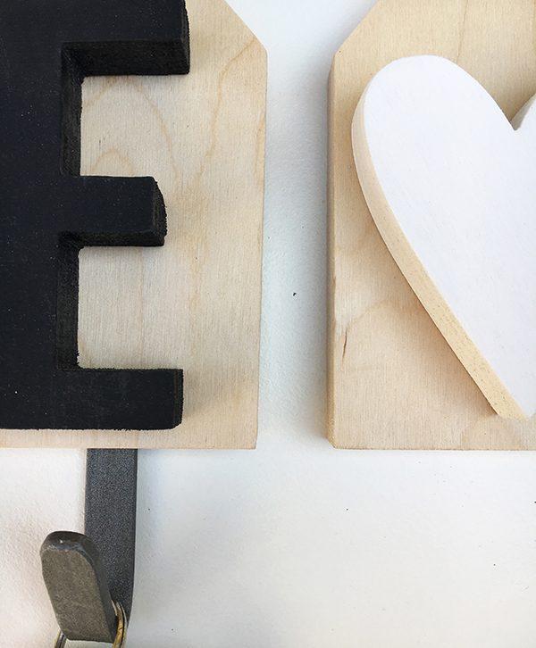 Appendiabiti personalizzabile con le iniziali della coppia e il cuore