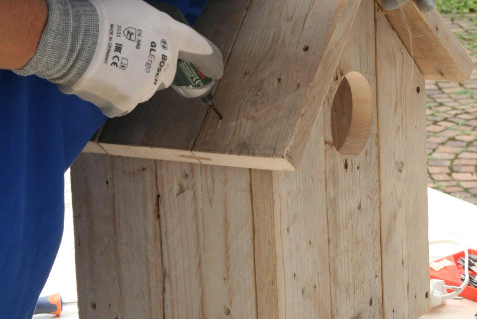 Costruzione artigianale di una casetta in legno di recupero