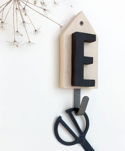 Casetta appendi abiti con lettera personalizzata in legno nordic style